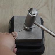 Le martelage permet d'avoir différentes textures sur la matière.