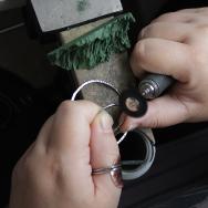 Le polissage mécanique permet de polir et aviver un métal